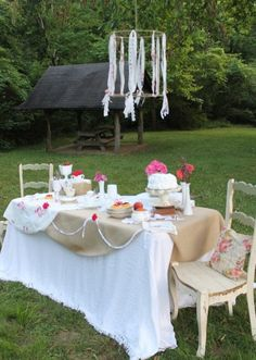 romantic table setting with diy light Outdoor Parties, Outdoor Fun, Outdoor Dining, Ribbon Chandelier, Outdoor Chandelier, Fresco, Romantic Table Setting, Party Entertainment, Vintage Table