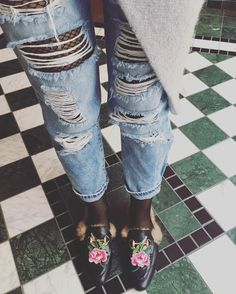 Sieh dir dieses Instagram-Foto von @mela.merkoffer an • Fishnet tights- destroyed Jeans - fur Slippers like gucci