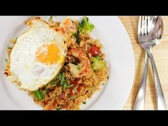 The beloved flavours of tom yum soup, concentrated into fried rice form. This dish is absolutely stunning! Recipe by Pailin of Hot Thai Kitchen!