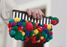 Pompoms are perfect for whimsy and fun weddings – these little colorful things are ideal for any type of décor, and soft yarn pompoms will add coziness to your fall or winter wedding. Today I'd like to sum up some DIY ideas. Diy Sac Pochette, Pom Pom Purse, Aunt Peaches, Bohemian Crafts, Diy Girlande, Novelty Bags, Pom Pom Crafts, Diy Purse, Handmade Handbags