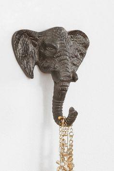 cabeza de elefante pegada a la pared usada como joyeroo