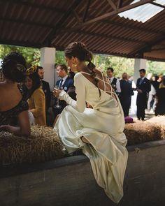 """@santxipantxi , la hermana gemela de Laura con un vestido de un amarillo muy suave, de @aliciaruedaatelier inspirado en el que lleva Kate Hudson en la escena final de """"como perder a un chico en 10 días"""", ella y su sonrisa también en el blog @diasdevinoyrosas"""