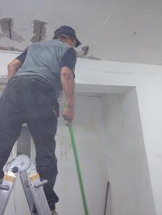 벽에 본드칠을 하는 자연채광전문가 유인수대표