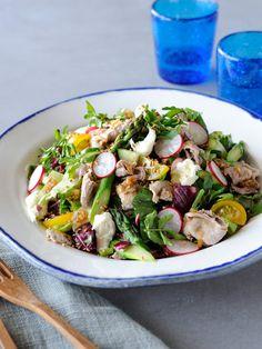 Recipe:豚しゃぶとモツァレッラのチョップド・サラダ/ねぎとしょうがのドレッシングで和風に。苦み野菜も加わって、奥行きのある味わい #レシピ