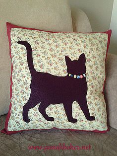 'The Cat who Walks Alone' Cushion Cute Pillows, Diy Pillows, Throw Pillows, Cat Quilt Patterns, Sewing Crafts, Sewing Projects, Cat Cushion, Bed Cushions, Hand Work Embroidery