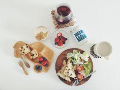 20160527  レーズン食パントーストで#朝ごパン  最近平日朝ごはんは サラダをたっぷり食べて 土日の高カロリー摂取をなかったことに しようと悪あがいてる  でもそのサラダにかけるのが ブルーチーズごろごろな 濃厚ドレッシングだから 意味ない気がするけど  でもこれとてもすき  もう8時なのに まだ起きてこないむすこ  #vscocam#vscofood#breakfast http://ift.tt/20b7VYo