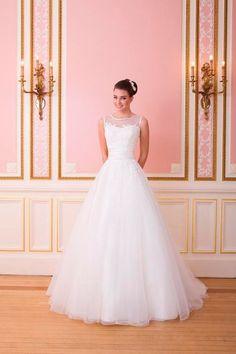 Krajkový vršek v kombinaci s průsvitnými ramínky a bohatá načančaná sukně. Tak vypadají šaty pro nevěsty romantičky. A kde na ně…