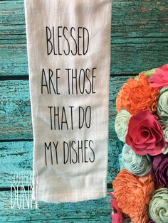 dish towels Rae Dunn inspired kitchen towel - Blessed Are Those That Do My Dishes tea towel - Farmhouse Kitchen Decor. Blessed are those that do my dishes, in my house anyway! Dish Towels, Hand Towels, Diy Tea Towels, Shilouette Cameo, Mason Jars, Stencils, Great Mothers Day Gifts, Flour Sack Towels, Flour Sacks