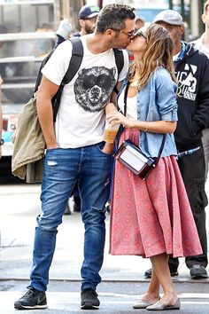 Cash Warren and wife Jessica Alba smooched in the streets of NYC.