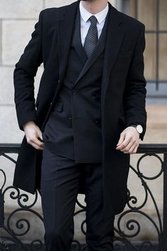 """gentlemanswarehouse: """"Gentleman's fashion: classic double breasted suits with black jacket! ALL IN BLACK !!!man!! """" Gentleman Mode, Gentleman Style, Gentleman Fashion, Sharp Dressed Man, Well Dressed Men, Mens Fashion Suits, Mens Suits, Fashion Menswear, Coat Dress"""
