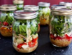 """Comer en el trabajo siempre nos plantea un problema, ¿qué podemos llevarnos que sea rápido, sano y delicioso? Una alternativa original a los típicos """"tupper"""" de oficina son las ensalada…"""