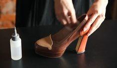 Смочи внутреннюю поверхность обуви спиртом. Обуй туфли и походи в них 2 часа. Даже если ты купила обувь, подходящую по размеру, советуем проделать эту процедуру, чтобы размягчить жесткие участки.