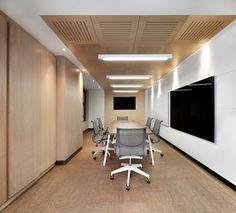 En Ilaminar encuentras los mejores productos arquitectónicos para oficina. Aquí un ejemplo: FORMICA en armario y mesa, SILENCIA en techo, tablero en ZENOLITE y WISE en piso.