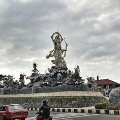 Titi Banda statue is situated strategically between By Pass Prof. Dr. Ida Bagus Mantra and By Pass I Gusti Ngurah Rai. It connects Gianyar, Karangasem and Nusa Dua areas. The statue tells a story taken from the Ramayana folklore. It portrays Sri Rama with an army of 18 monkeys working together to build the Titi Banda bridge that will be used to summon Dewi Shinta.  _________  ZoomBali.com  #bali #travel #traveling #travelingram #instatravel #tour #tourism #tourist #picoftheday #zoombalimap…