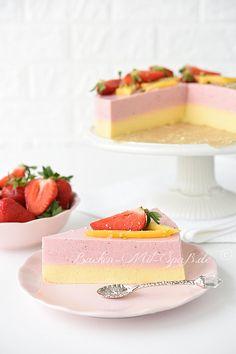 Rezept für Erdbeer- Mango- Joghurt- Kuchen. Ein leichter, zweifarbiger Joghurtkuchen mit Erdbeeren und Mango ohne Backen. Der Kuchen ist glutenfrei und kann auch zuckerfrei sein. Er ist sehr lecker, leicht und nicht zu süß. An heißen Tagen besonders zu empfehlen.