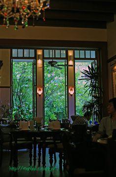 バンコク スクンビット通りの素敵なアリヤソムヴィラ AriyasomVilla  Na Aroon  でランチ : a window