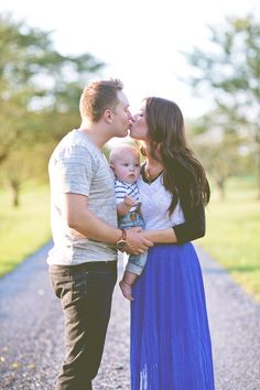 Ideas for family photoshoot with a baby @Sally McWilliam McWilliam Pine  This would be a cute picture