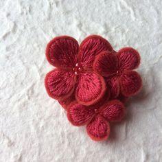 お花がみっつ。フェルト刺繍のブローチ(ピンクレッド)