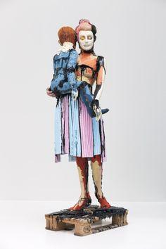 Folkert de Jong, Cercle de confiance (Mère et fils), 2009. Mousse de polystyrène et mousse polyuréthane colorée sur Europallete ajustée, 195 x 47 x 68 cm. Photographie: Peter Cox, Eindhoven © Rabo Art Collection