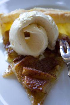Birnentarte mit Eis, ein Kuchen mit Blätterteig und Birnen, schnell zubereitet und sehr lecker. Als Dessert lauwarm mit Eis serviert oder als Kuchen frisch aus dem Ofen ein Gedicht. Und hier ist das Rezept http://wolkenfeeskuechenwerkstatt.blogspot.de/2011/08/birnentarte-mit-eis.html