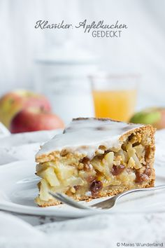 Ein echter deutscher Klassiker: gedeckter Apfelkuchen. Wunderbar saftig. MIt Rosinen, Mandeln, Rum und jeder Menge Äpfeln. Lecker!