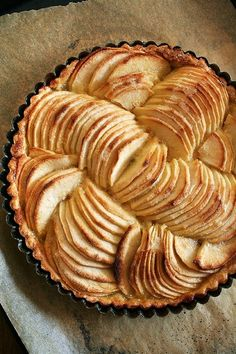 Layered beauty of fresh fruit and crust: French Apple and Cinnamon Tart (via La Vie Est Belle)
