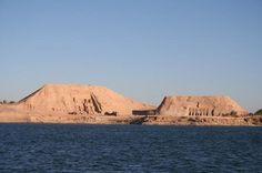 Abu Simbel.   Abu Simbel é um complexo arqueológico constituído por dois grandes templos (Templo de Ramsés II e Templo de Neferetari), escavados na rocha, situados no sul do Egito, no banco ocidental do rio Nilo perto da fronteira com o Sudão, numa região denominada Núbia, a cerca de 300 km da cidade de Assuan.
