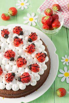 ¡Qué bonita es esta tarta casera de fresas! Lo mejor de todo es que es una tarta fácil de realizar y que a los niños les encantará por su colorido ¿Habéis visto qué bonitas quedan las mariquitas hecha