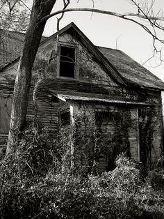 creepy old abandoned house in Hamel, Madison County, Illinois
