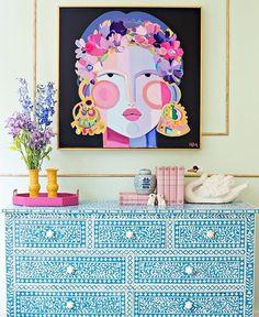 Esta obra de Hayley Mitchell solo se ve mejor con todo lo que la rodea  Una obra de arte no siempre debe estar sola en una pared blanca. #diy #decor #decoracao #love #color #art #fun #home #decoracion #pink #flowers