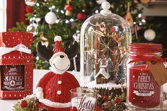 Imaginez la plus belle des décos de Noël et présentez-la sous une cloche avec la plus belle des mises en scène. Rassemblez petits accessoires, boules de Noël et guirlandes lumineuses sous des cloches pour raconter des belles histoires de Noël.