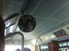 Voor de buschauffeur hebben ze spiegels hangen om het overzicht in de bus te kunnen houden.