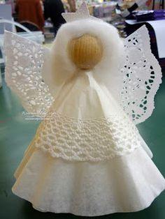 Engel aus großen Kaffeefiltern und Tortenspitzen. Wattebausch als Haare