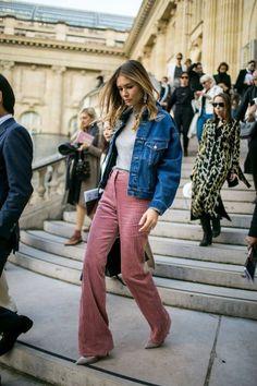 Street Style im Frühjahr 2019 der Paris Fashion Week Women - beruhmtheit Cool Street Fashion, Look Fashion, Paris Fashion, Fashion News, Fashion Brands, Latest Fashion For Women, Womens Fashion, Sous Pull, Denim Outfits