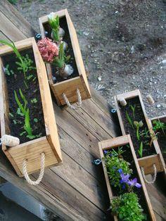 Diy Wooden Planters, Wooden Diy, Pallett Garden Furniture, Vintage Fall Decor, Vertical Planter, Decoration Plante, Flower Boxes, Diy Wood Projects, Planter Boxes