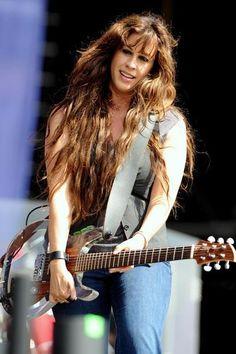 Alanis Morissette Female Guitarist, Female Singers, Nelly Furtado, Alanis Morissette, Women Of Rock, Guitar Girl, Rock Legends, Very Long Hair, Shows
