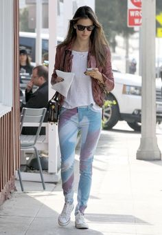 A Splash of color with Alessandra Ambrosio! Alessandra was spotted in Los Angeles looking effortlessly cool in Hudson Jeans Nico in Bomb It Play with pattern this SS Converse Style, White Converse, Converse Fashion, Converse Chuck, White Sneakers, Tourist Outfit, Printed Pants, Patterned Pants, Outfit