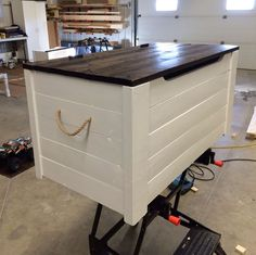 Hope chest / toy box / coffee table or seat . Pallet Furniture, Furniture Projects, Home Projects, Wooden Toy Boxes, Wooden Toy Chest, Diy Toy Box, Do It Yourself Furniture, Creation Deco, Toy Rooms