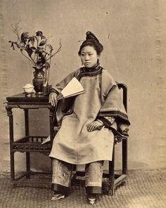 Femme aux petits pieds à l'éventail, ca. 1860. Tirage albuminé. 21 x 17 cm
