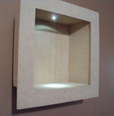 Nicho quadrado com led para decoração. Quadro com iluminação de luz de led, a instalação ja esta pronta, basta decorar não precisa fazer nada, peça instalada com chave, liga/desliga, funciona a pilha, pilha não inclusa. <br> <br>Peça entregue sem píntura, na madeira crua. <br> <br>Tamanho: <br> <br>Medindo pela moldura do lado de fora 32 cm, por dentro 24/25 cm, profundidade de 12 cm.