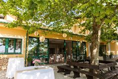 Sonnenterrasse Richardhof Pergola, Outdoor Structures, Table Decorations, Outdoor Decor, Restaurants, Home Decor, Sunrooms, Double Room, Getting Married
