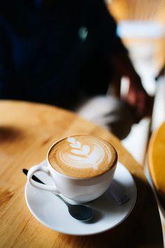 white ceramic mug filled with coffee photo – Free Coffee Image on Unsplash Coffee Shot, I Drink Coffee, Coffee Latte Art, Coffee Cafe, Espresso Latte, Barista, Aeropress Coffee, Fresh Roasted Coffee, Gastronomia