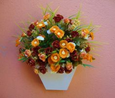 Vaso de parede em MDF branco, flores em dois tons de cores , laranja e marrom degrdê, musgos, folhagens. ótimo para alegrar sua varanda, lavabo ,corredores, quartos........... OBS: 5% DE DESCONTOS NO DEPOSITO EM CONTA! R$ 63,99