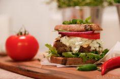 Bataattiburgeri feta-tsatsikikastikkeella Feta, Hamburger, Chili, Sandwiches, Chicken, Healthy, Ethnic Recipes, Foodies, Chile