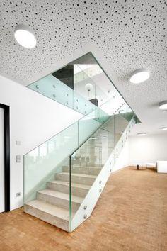 Corrimão e Guarda-corpo em vidro da escada. Project - BETonring - Architizer