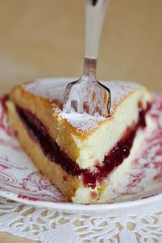 Light and fluffy cake, topped with raspberry jam - Mathilde en Cuisine - - Food Cakes, Sweet Recipes, Cake Recipes, Healthy Recipes, Victoria Sponge Cake, Mousse Dessert, Cooking Cake, Pastry Cake, Cake Toppings