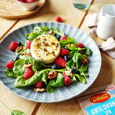 Perfektný recept na teplé letné dni? ☀️ Osviežujúci grilovaný hermelín s ovocím a orechami. 🧀🥬🍓