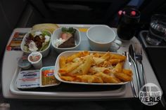Airline catering * the world's largest website about airline catering, inflight meals and special meals Cute Food, Yummy Food, Cafeteria Food, First Class Flights, Snack Recipes, Snacks, Snack Box, Business Class, Grubs