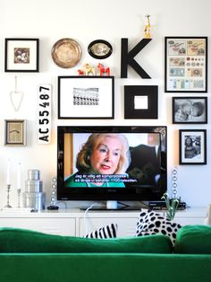 Dölj din TV genom att sätta en tavelvägg runt den. Ett bra sätt att dölja den fulaste möbeln... Gallery Walls, Home Look, Tv, Feng Shui, Staging, Ideas Para, Living Room Decor, Spaces, Frame