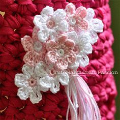 Little crochet flowers tutorial. Love the simple, dainty color scheme.  Tiny flowers made with perle cotton thread and 1.5mm hook.  Bow Dazzling Volunteers, these would be so sweet clustered and backed with a felt piece and alligator clip for a hair or headband accessory.